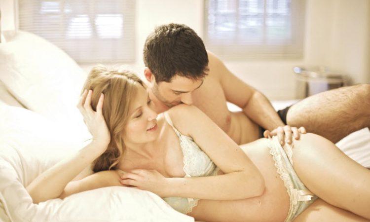 žena koja obavlja oralni seks